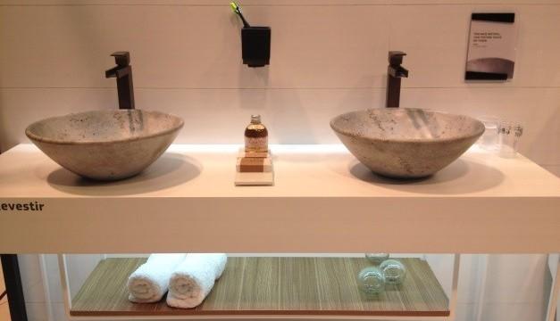 Produtos contextualizados em mini-ambientes no estande da Deca