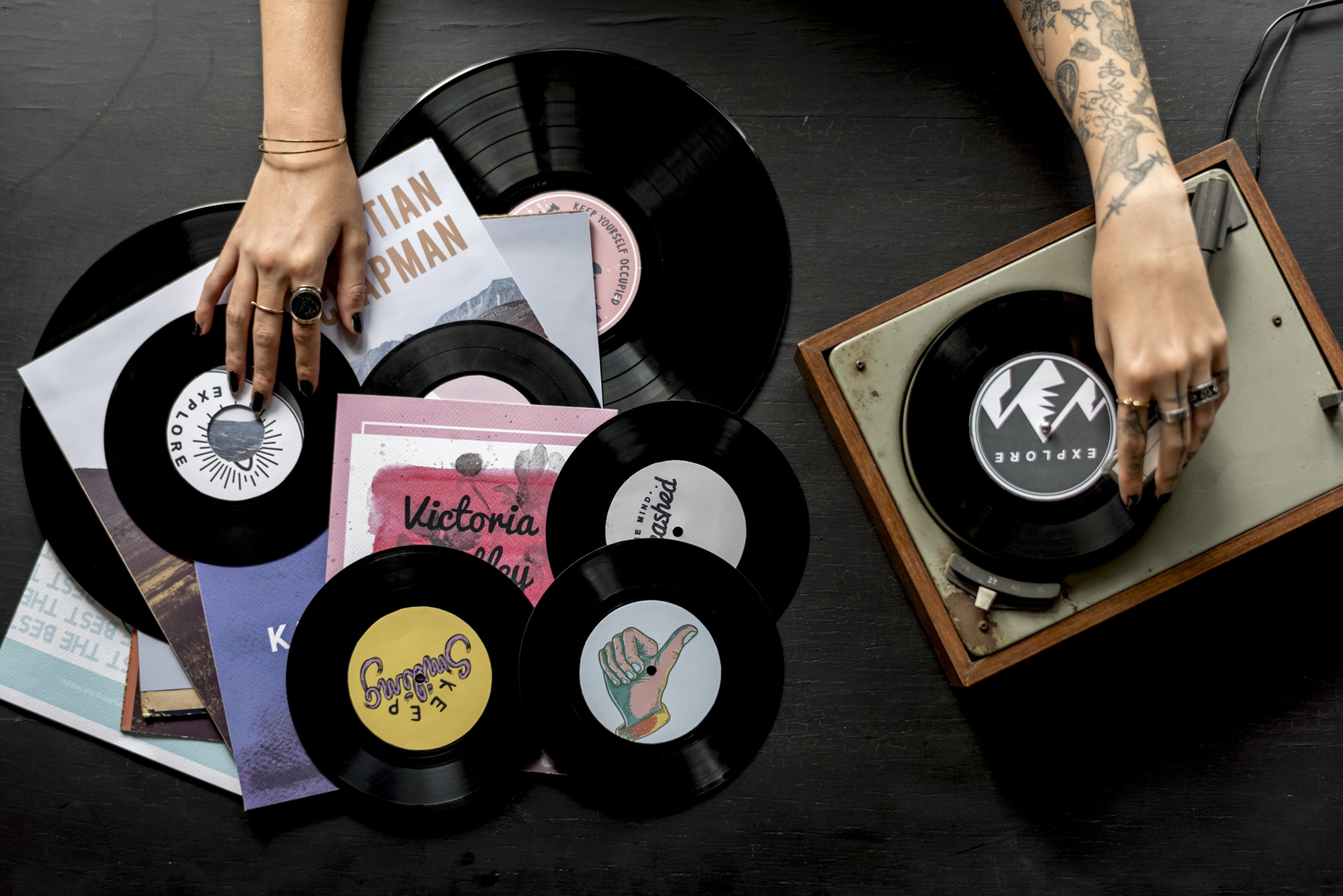 ODES_Sinais_Millennials vs Nostalgia_Tattoo Woman with Music Vinyl Record Disc with Player